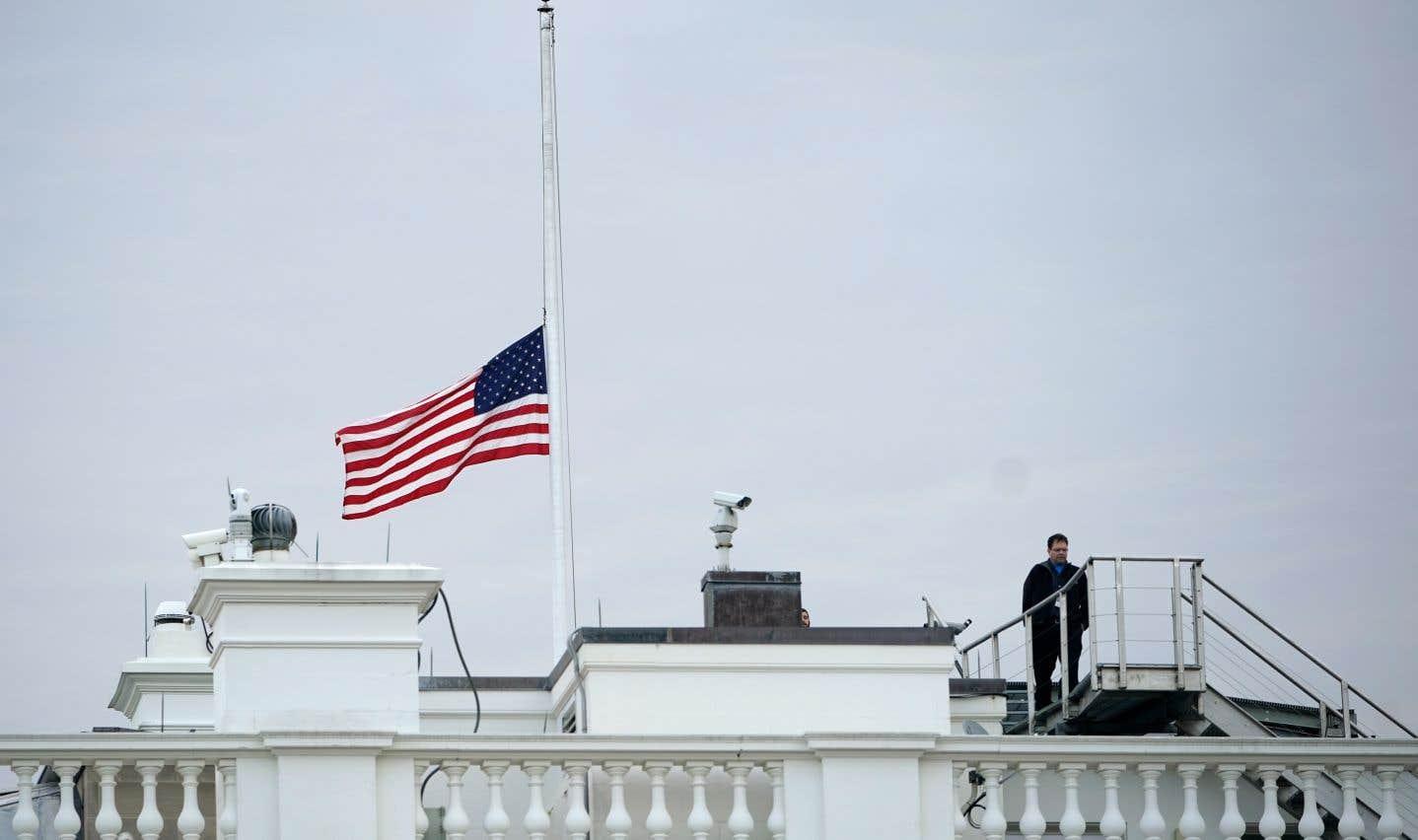 Le drapeau américain flottant au dessus de la Maison-Blanche a été mis en berne jeudi.