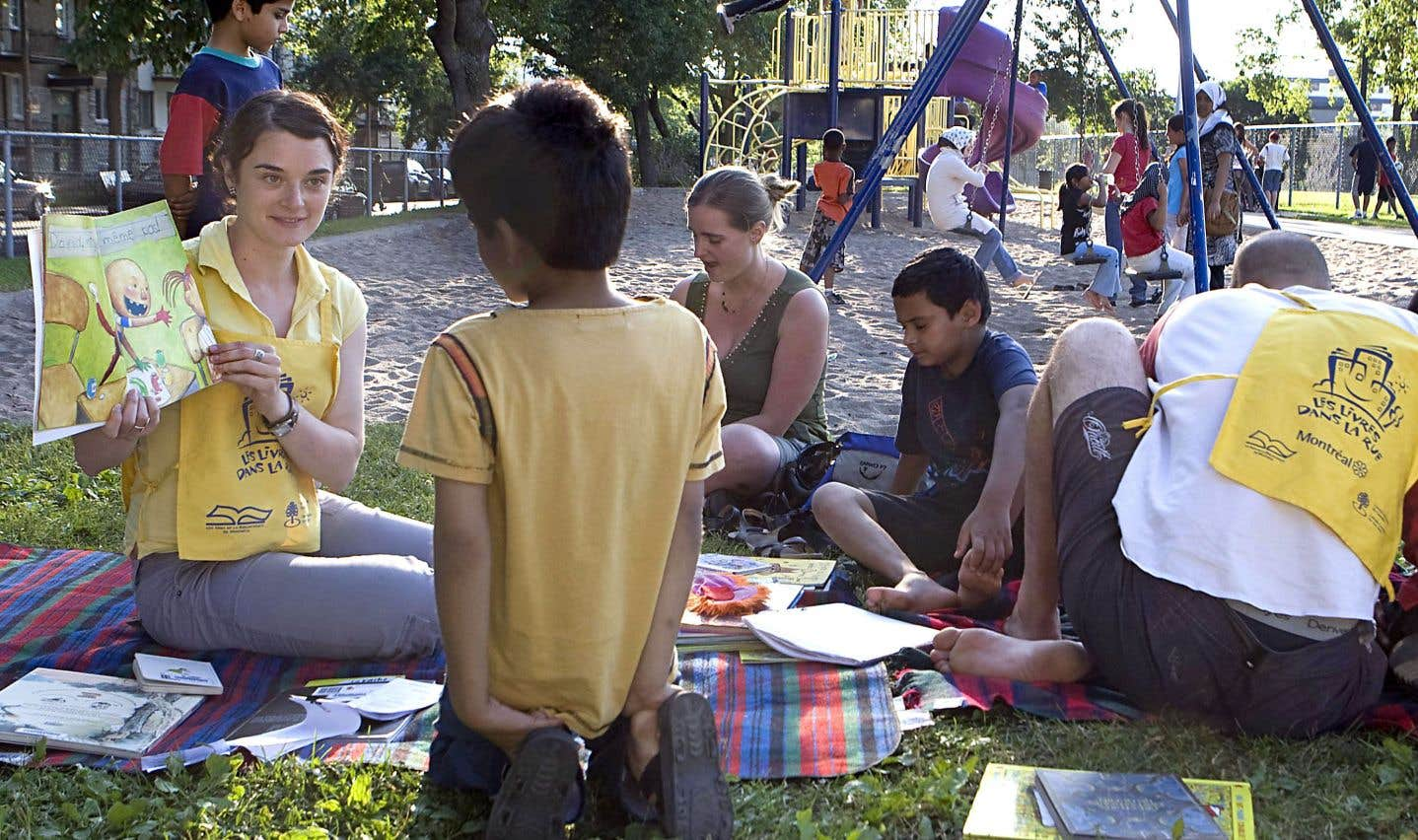 Depuis 1982, des animateurs de «Livres dans la rue» portaient livres et lectures aux enfants des milieux défavorisés, venant à leur rencontre dans les parcs de la ville de Montréal, dans les HLM et les services de garde.