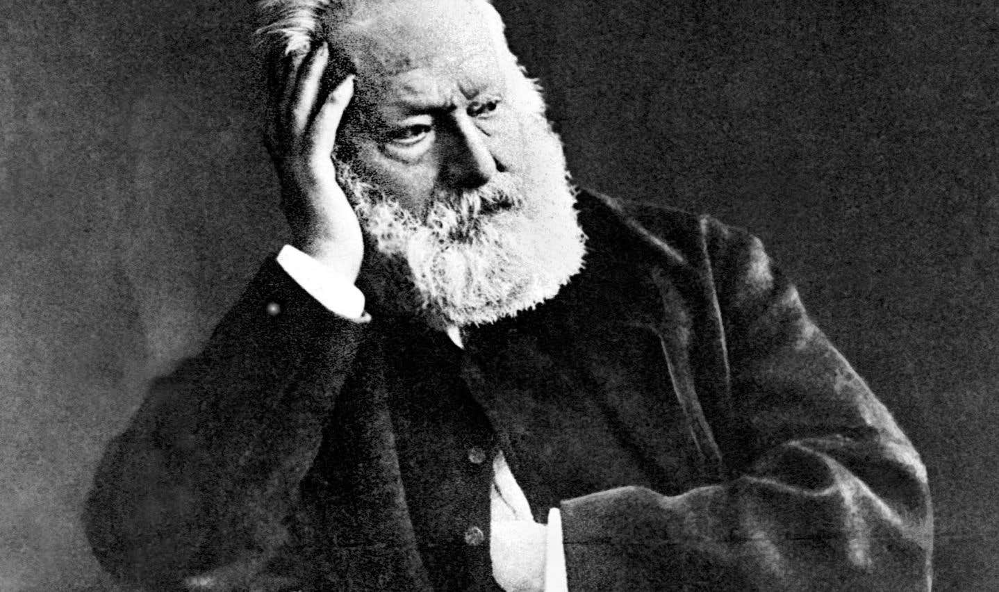 Victor Hugo, photographié ici par Nadar en 1880, hésita longtemps sur le titre de son roman-fleuve.