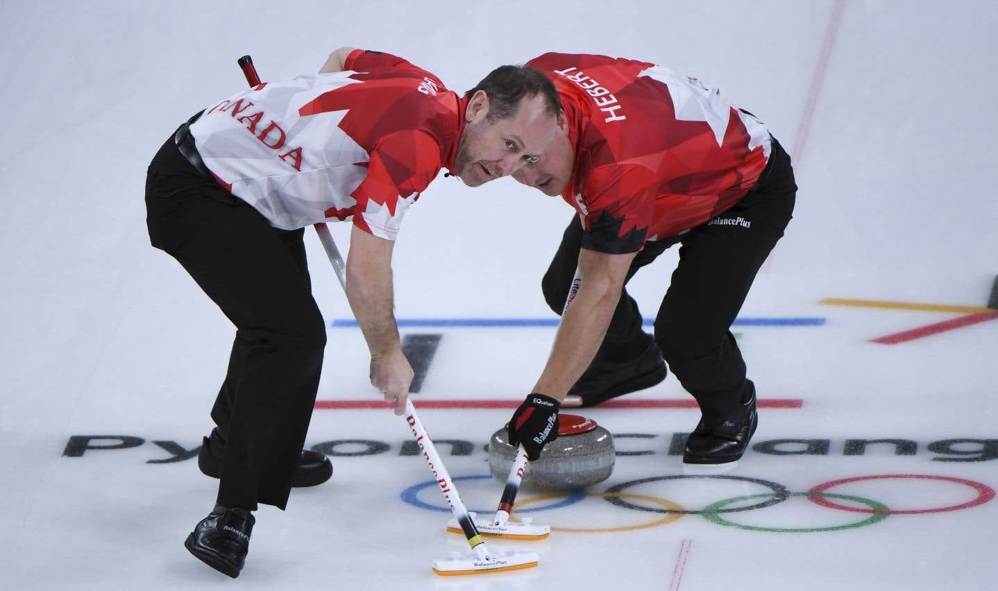 Les curleurs canadiens Brent Laing et Ben Hebert, lors du match contre la Suède