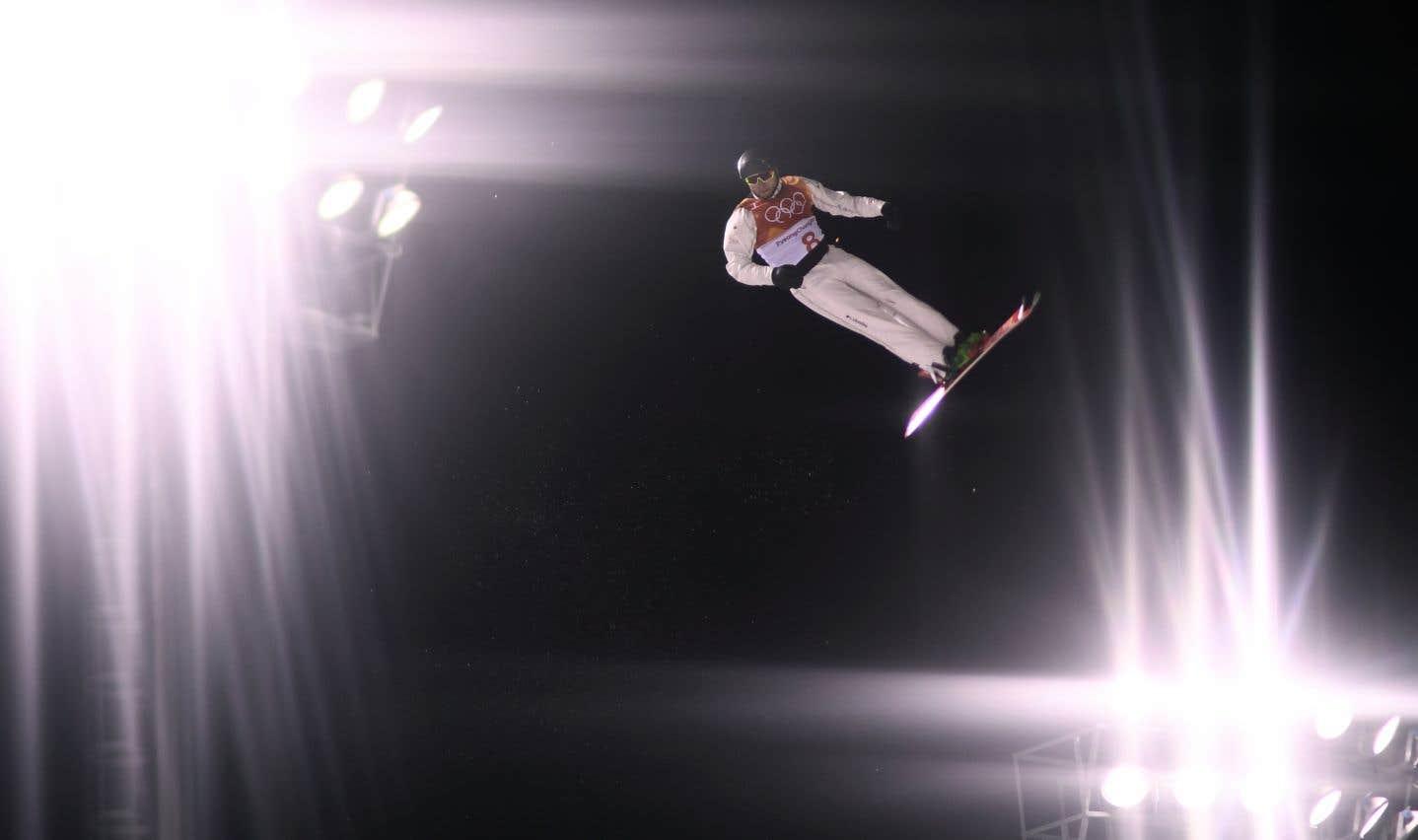 Le Québécois Olivier Rochon, lors des qualifications des sauts de ski acrobatique, samedi soir