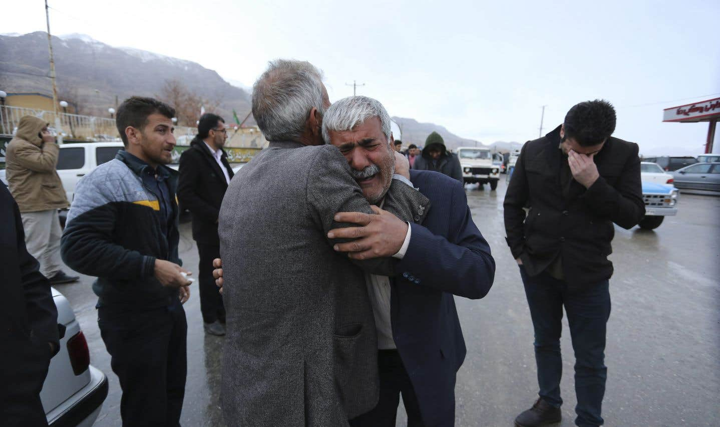 Des membres de la famille d'un passager pleurent dans le village de Bideh, dans la région où l'avion s'est écrasé, dimanche.