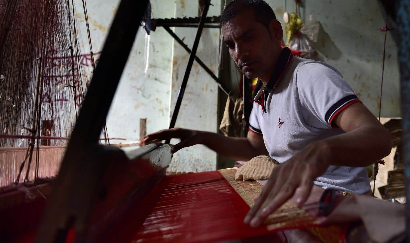 Un p.-d.g. d'une des cinq plus grandes multinationales dans l'industrie du textile gagne autant en quatre jours qu'une employée moyenne du Bangladesh dans toute sa vie, souligne l'auteure.