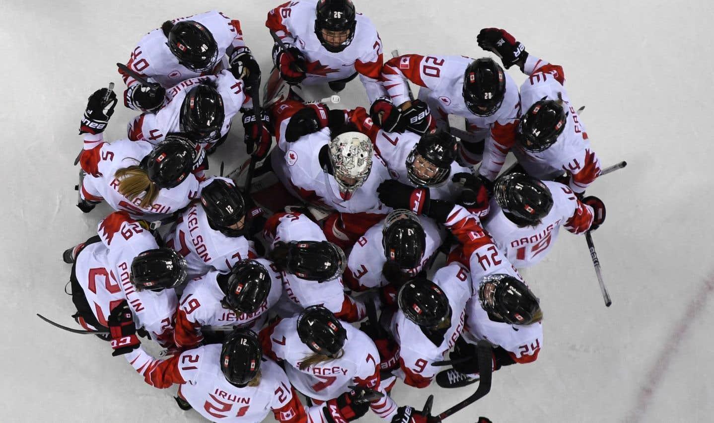 Les hockeyeuses canadiennes célèbrent leur victoire contre les athlètes olympiques russes.