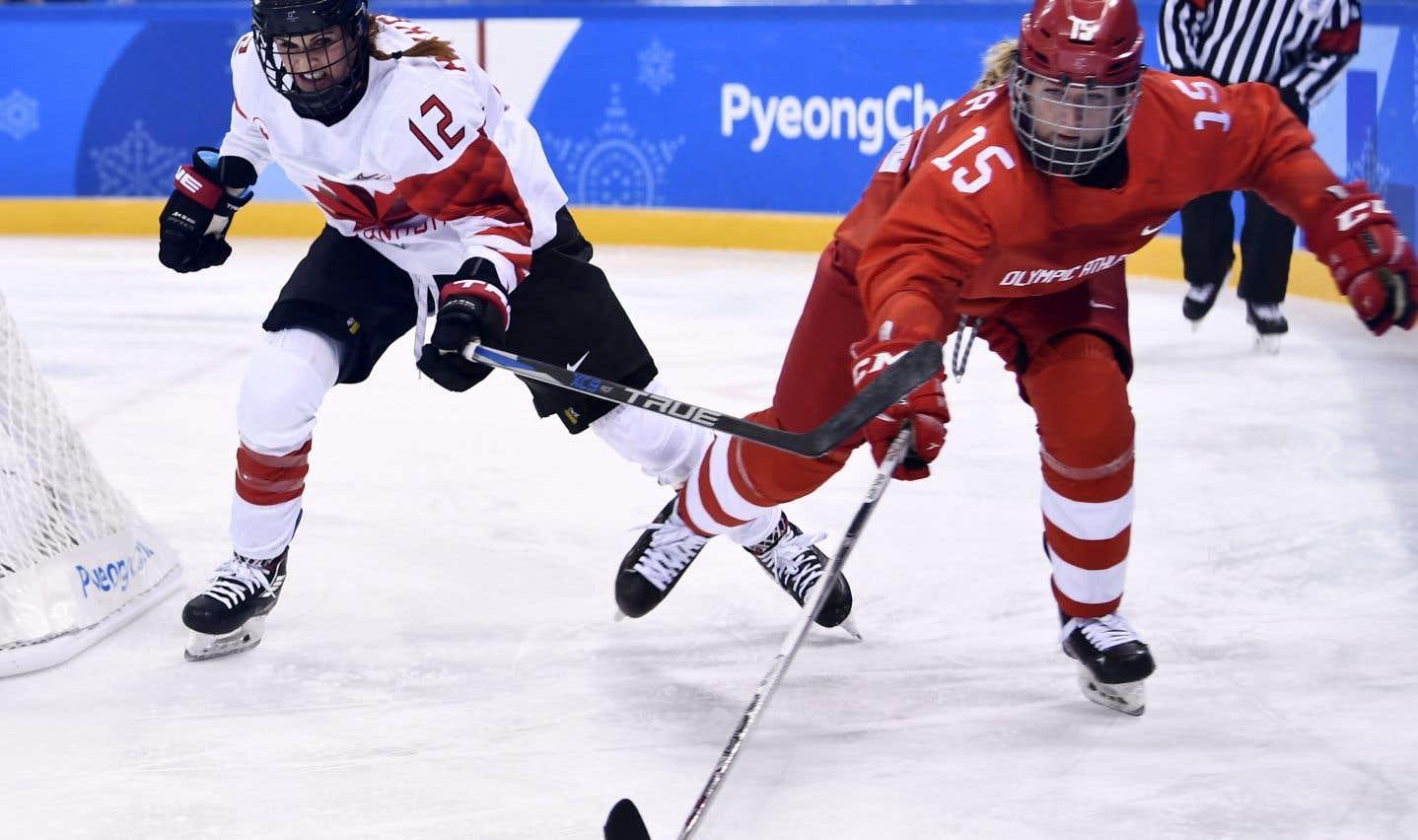 La Canadienne Meaghan Mikkelson et la Russe Valeria Pavlova pourchassant la rondelle lors du match opposant le Canada aux athlètes olympiques de Russie lundi, à Pyeongchang