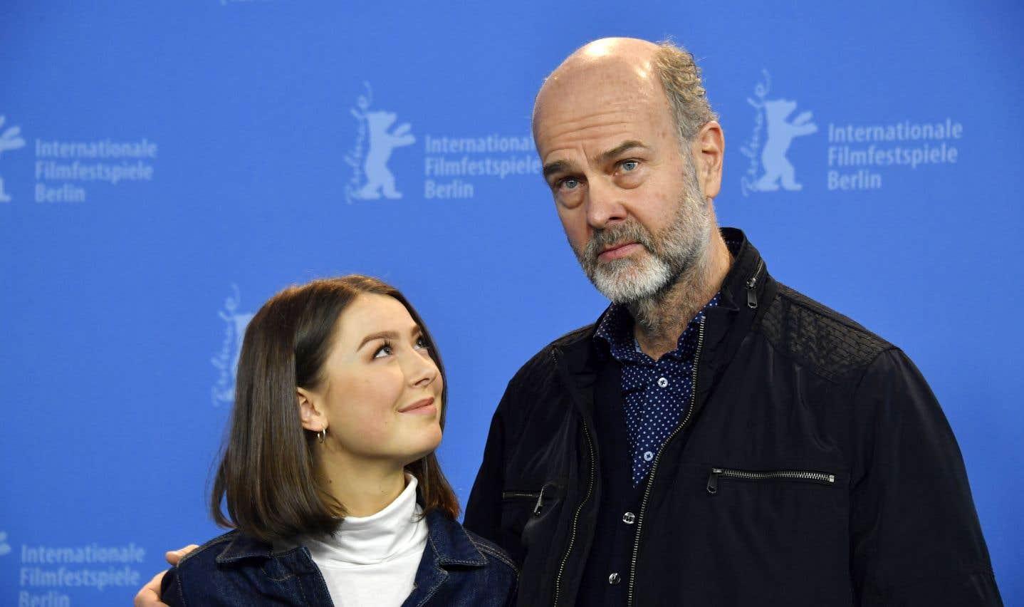 C'est en consultant les survivants et les proches de victimes qu'Erik Poppe s'est mis à faire un récit «entièrement du côté des jeunes». Un élément qui a notamment convaincu la jeune actrice Andrea Berntzen de se lancer dans le projet.