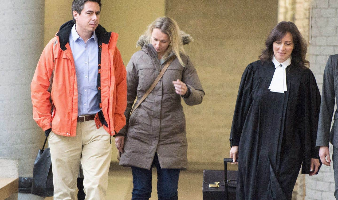 Les parents de Vanessa, Magdalena et Bernard Biron, quittent la salle d'audience, accompagnés de la procureure de la Couronne, Me Claudie Gilbert.