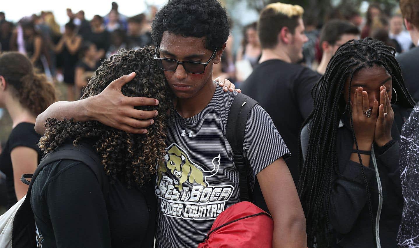 Des élèves de l'école secondaire West Boca ont marché, mardi, en souvenir des victimes de la tuerie survenue la semaine dernière à l'école Marjory Stoneman Douglas et pour demander au gouvernement de légiférer en matière d'armement.