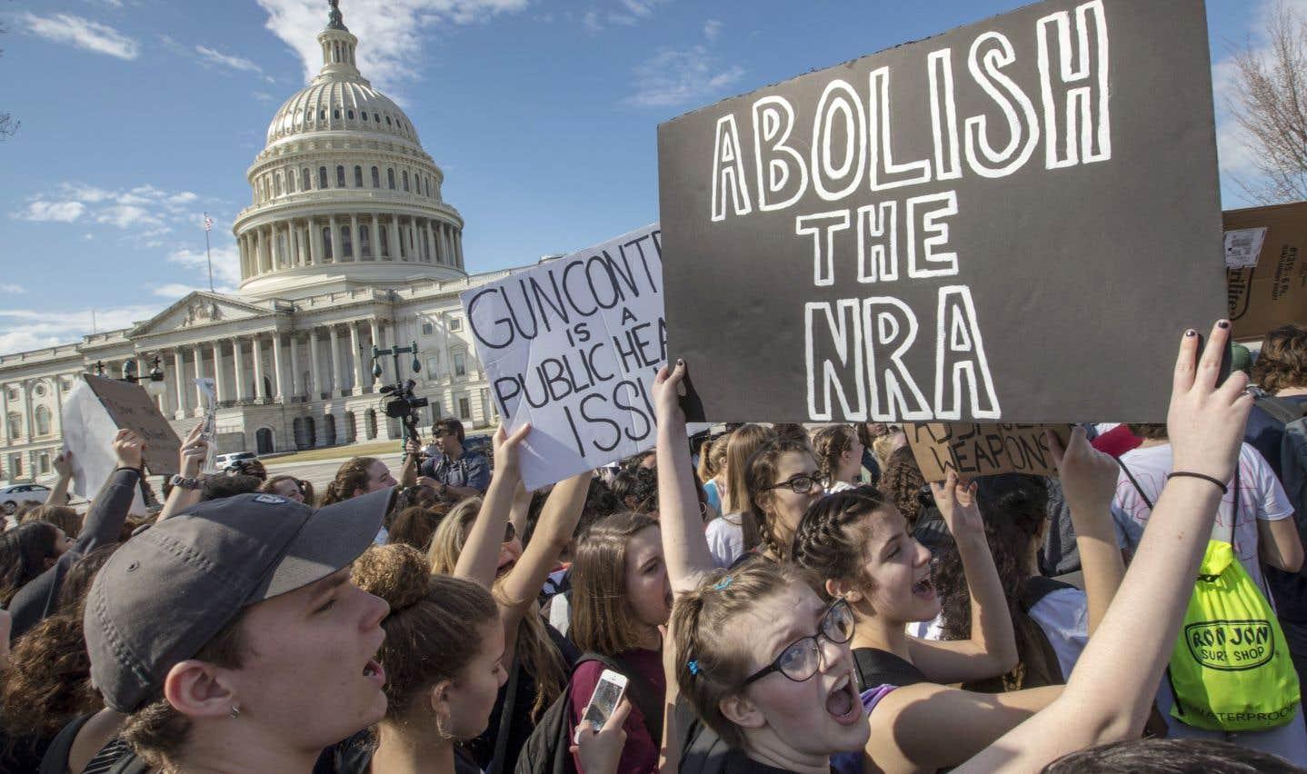 Des étudiants de plusieurs villes aux États-Unis ont manifesté pour un meilleur contrôle des armes à feu, notamment devant le Capitole à Washington.