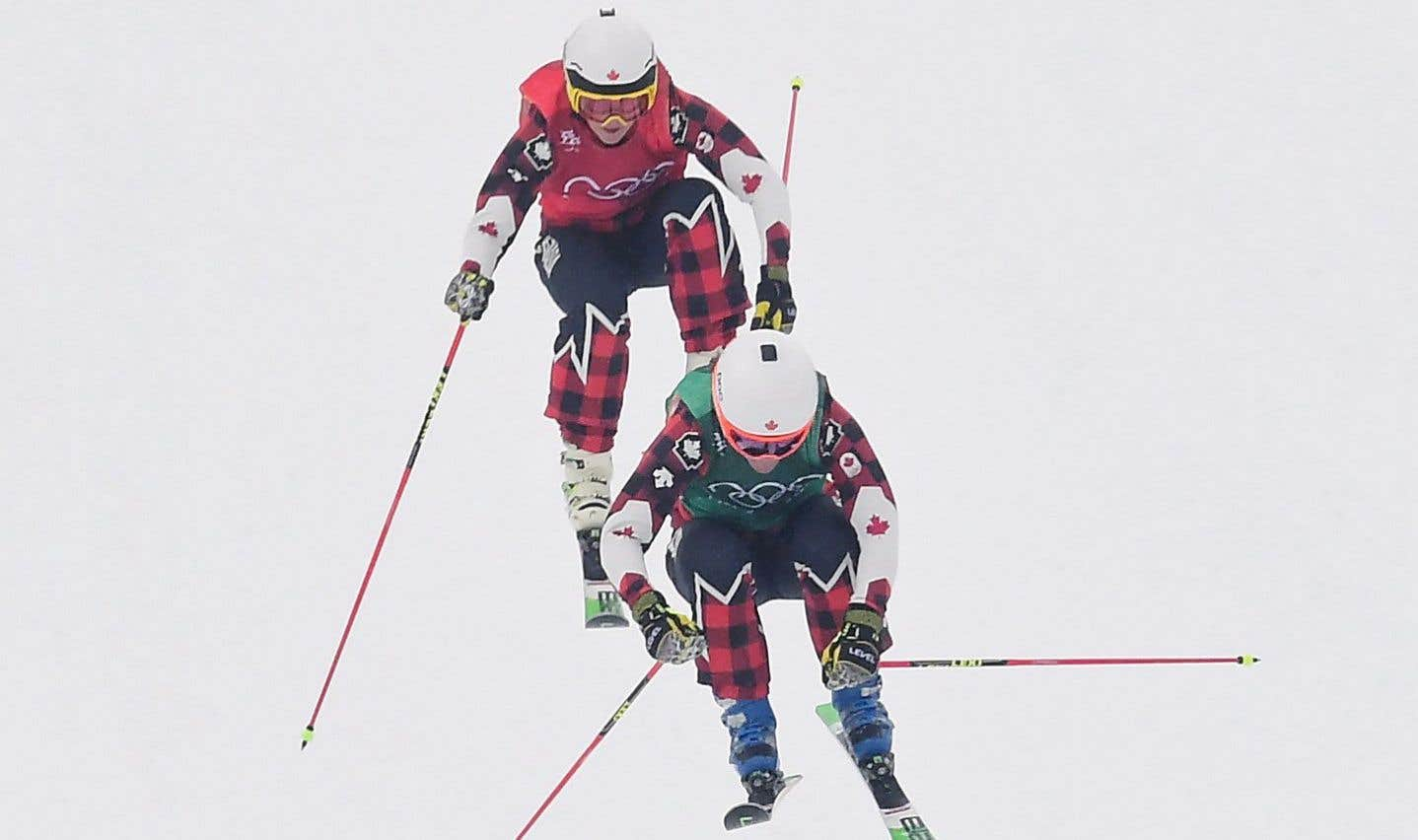 Kelsey Serwa et Brittany Phelan ont franchi le fil d'arrivée l'une derrière l'autre en finale de ski cross.