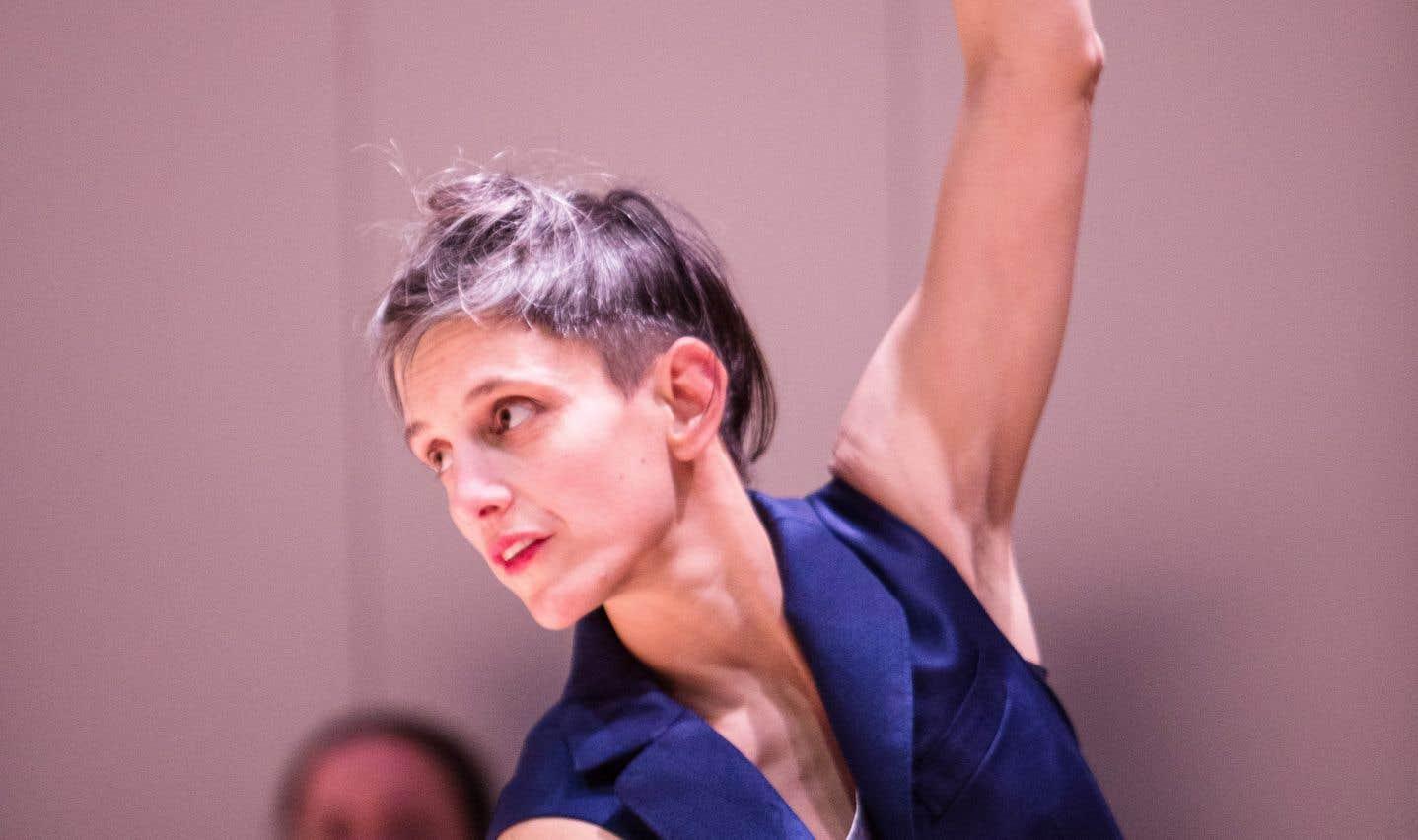 La pièce de la chorégraphe Hanna Sybille Müller a des allures de conférence dansée présentant de savoureuses pointes d'humour.