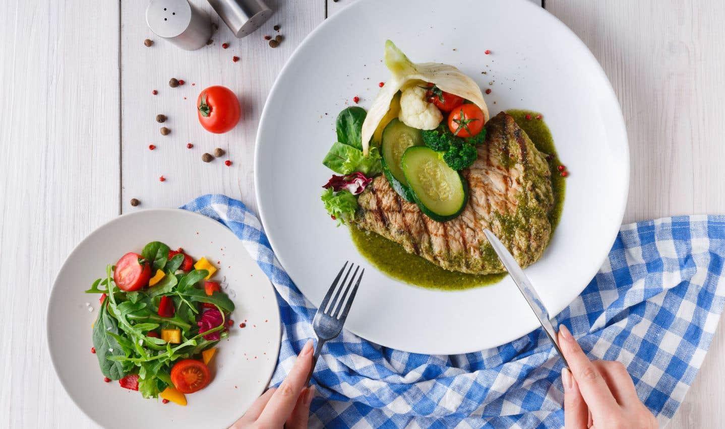 Dans l'assiette d'un adepte du régime cétogène, pas d'aliments transformés ni sucrés: des légumes verts, des poissons gras, des viandes et volailles, des œufs, des noix, des huiles végétales, du beurre, du fromage et du yogourt entiers.