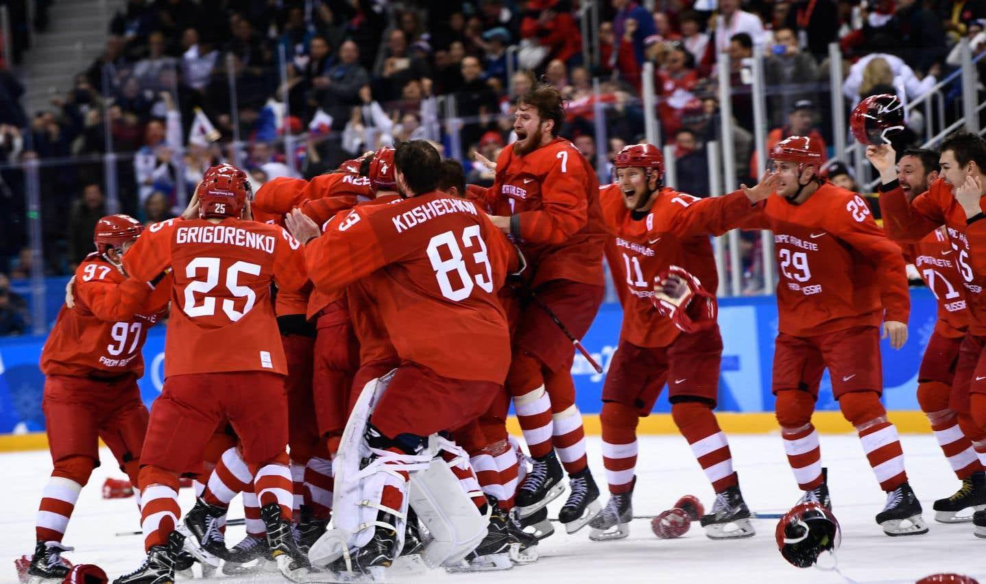 L'équipe des Athlètes olympiques de la Russie célèbre sa victoire, dimanche.