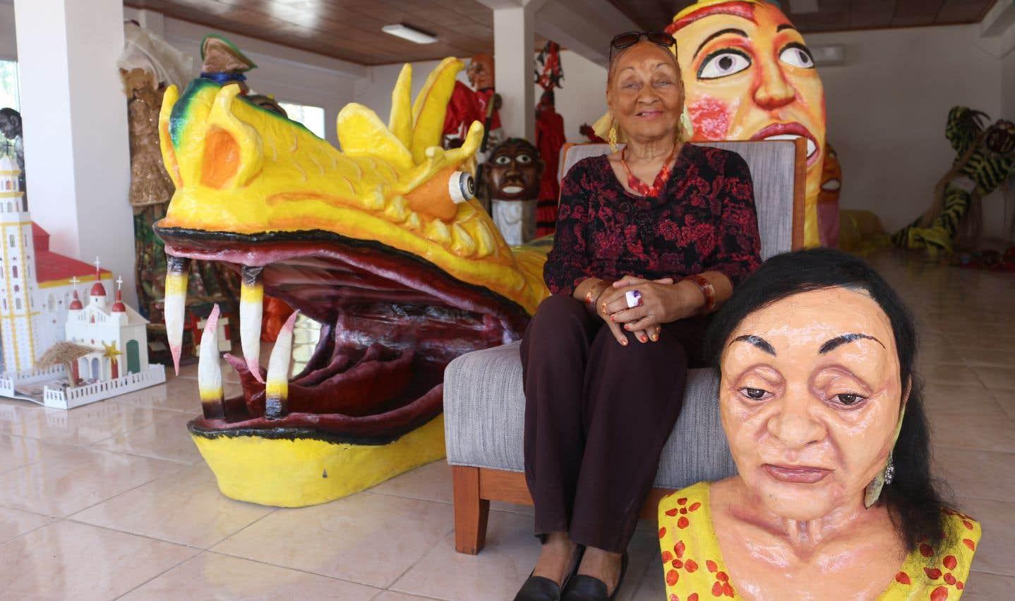 Des grands personnages en papier mâché, dont le buste à l'effigie de Madame Jacmel, sont exposés au Centre d'interprétation du carnaval.
