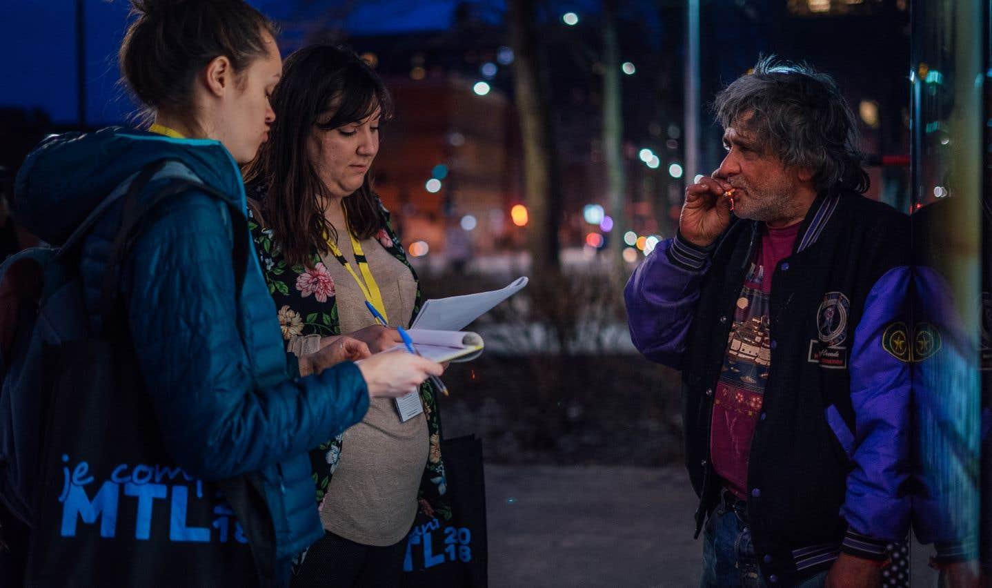 Marianne Ferron et Megan Cacchiotti en entrevue avec Hugo Gelinas, à la place Émilie-Gamelin, dans le cadre du deuxième dénombrement des personnes en situation d'itinérance à Montréal