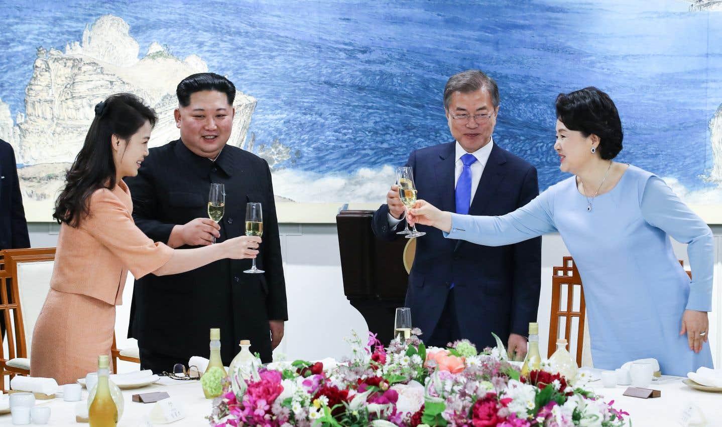 Les dirigeants des deux Corées et leurs épouses trinquent lors du repas officiel clôturant le sommet.