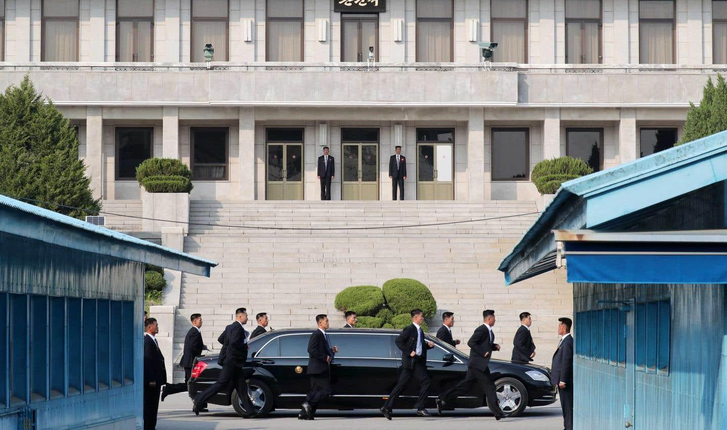Des gardes du corps surveillent la voiture transportant le leader nord-coréen Kim Jong-un lors du sommet de Panmunjom.