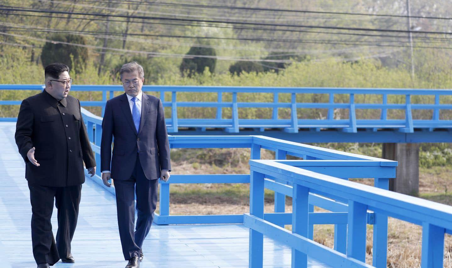 Le chef nord-coréen Kim Jong-un et le président sud-coréen Moon Jae-in marchent côte à côte après avoir symboliquement «planté» un arbre près de la frontière.