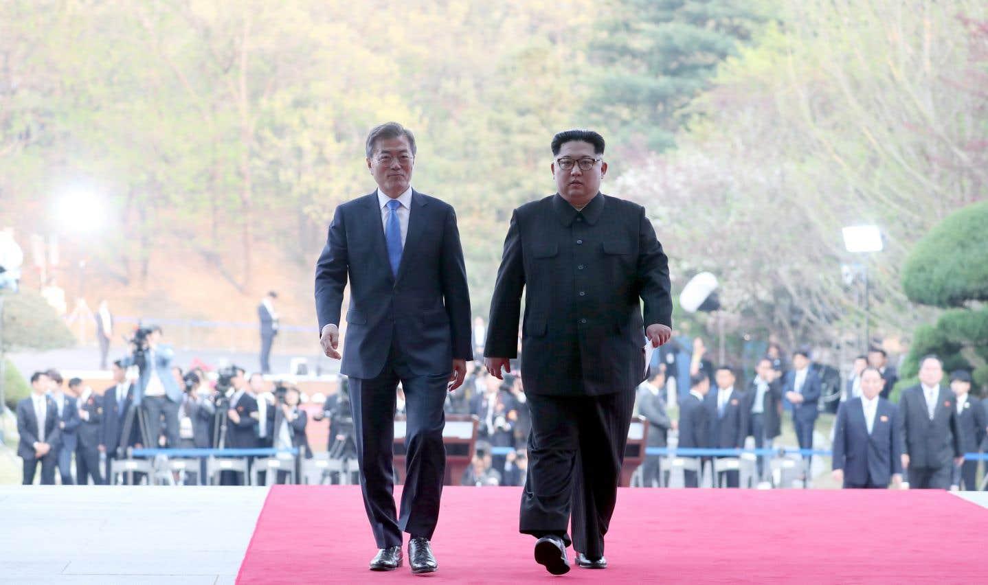 Le chef nord-coréen Kim Jong-un et le président sud-coréen Moon Jae-in marchent côte à côte après la clôture officielle du sommet.