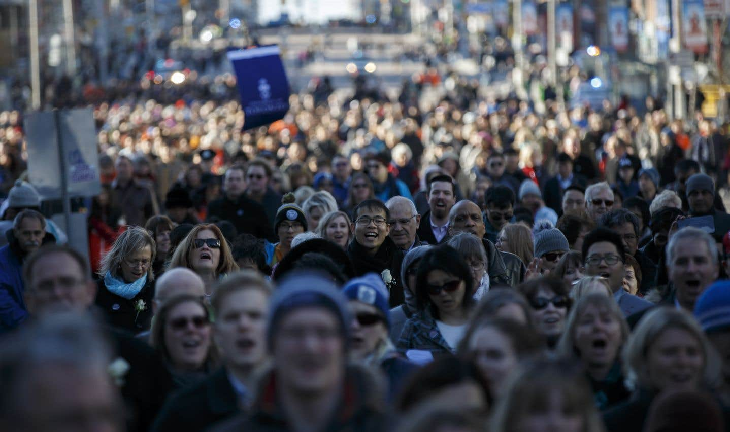 Des milliers de personnes se sont rassemblées dimanche en mémoire des victimes de l'attaque de Toronto, lors d'une «marche de guérison et de solidarité.» Elles ont suivil'itinéraire du véhicule qui a fauché plusieurs piétons lundi, en tuant 10 et en blessant 16 autres.
