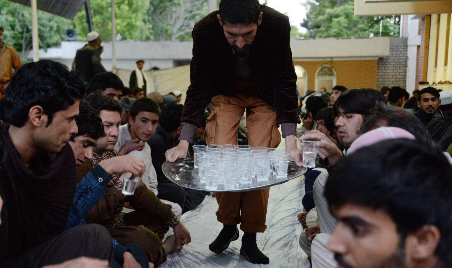 En Afghanistan, de l'eau est distribuée aux musulmans avant le bris du jeûne, en cette première journée du ramadan.