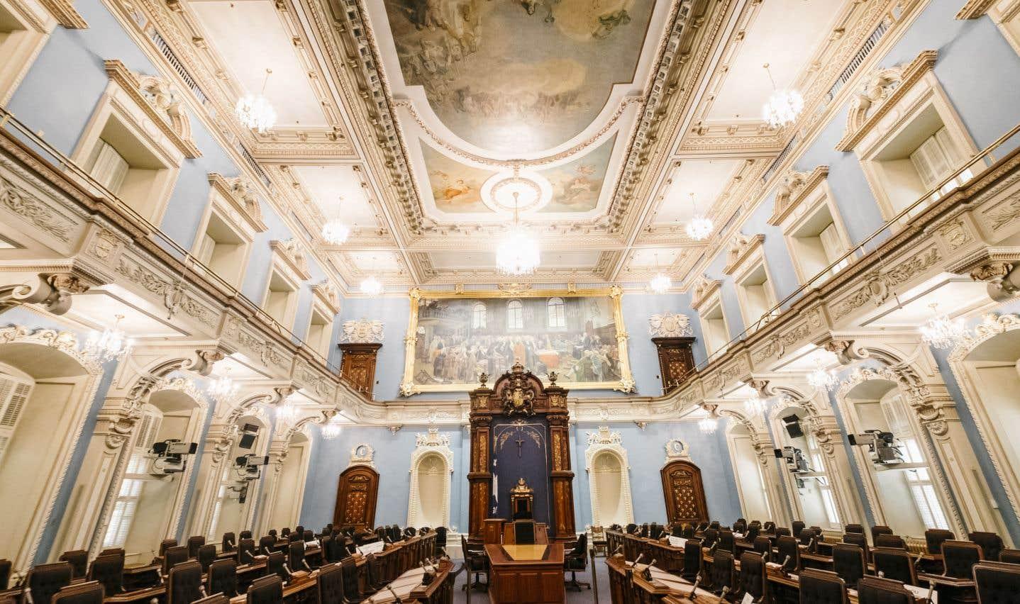 Le 8 avril 1886, les parlementaires font leur entrée au Salon bleu dont les murs sont verts jusqu'en 1978. Ils sont alors repeints pour améliorer la télédiffusion des débats.