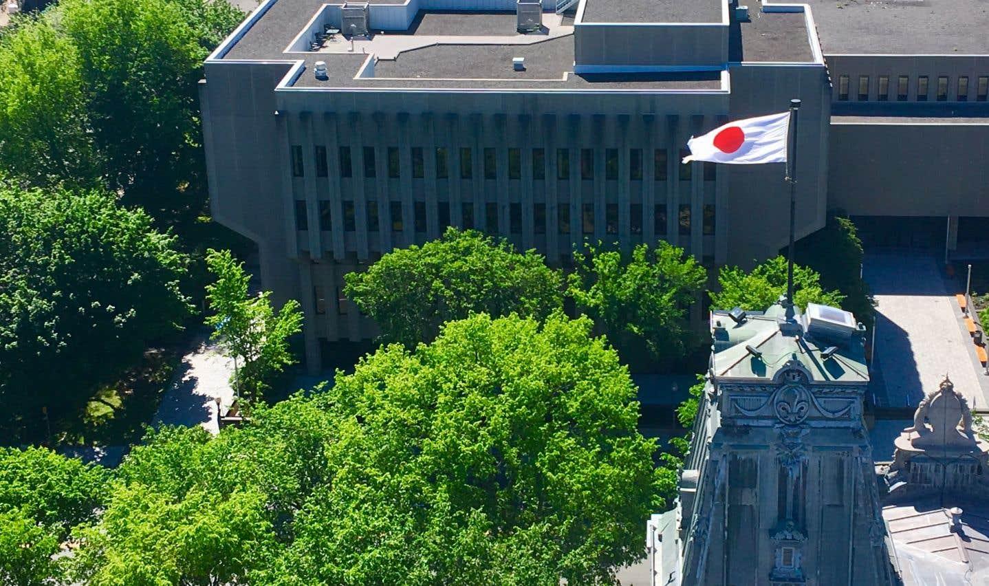 Côté sud, le Parlement domine le «bunker» de la Grande Allée sur lequel on voit encore la table de patio utilisée par l'ancien premier ministre Robert Bourassa. Lors du passage du Devoir, l'Assemblée nationale soulignait la présence d'un diplomate japonais sur son mât secondaire.