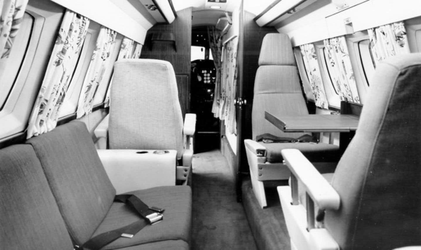 Le «petit jet» acquis en 1964 peut accueillir jusqu'à sept passagers, deux pilotes et un «steward». En plus des membres du gouvernement, il doit servir au transport des prisonniers et des malades.