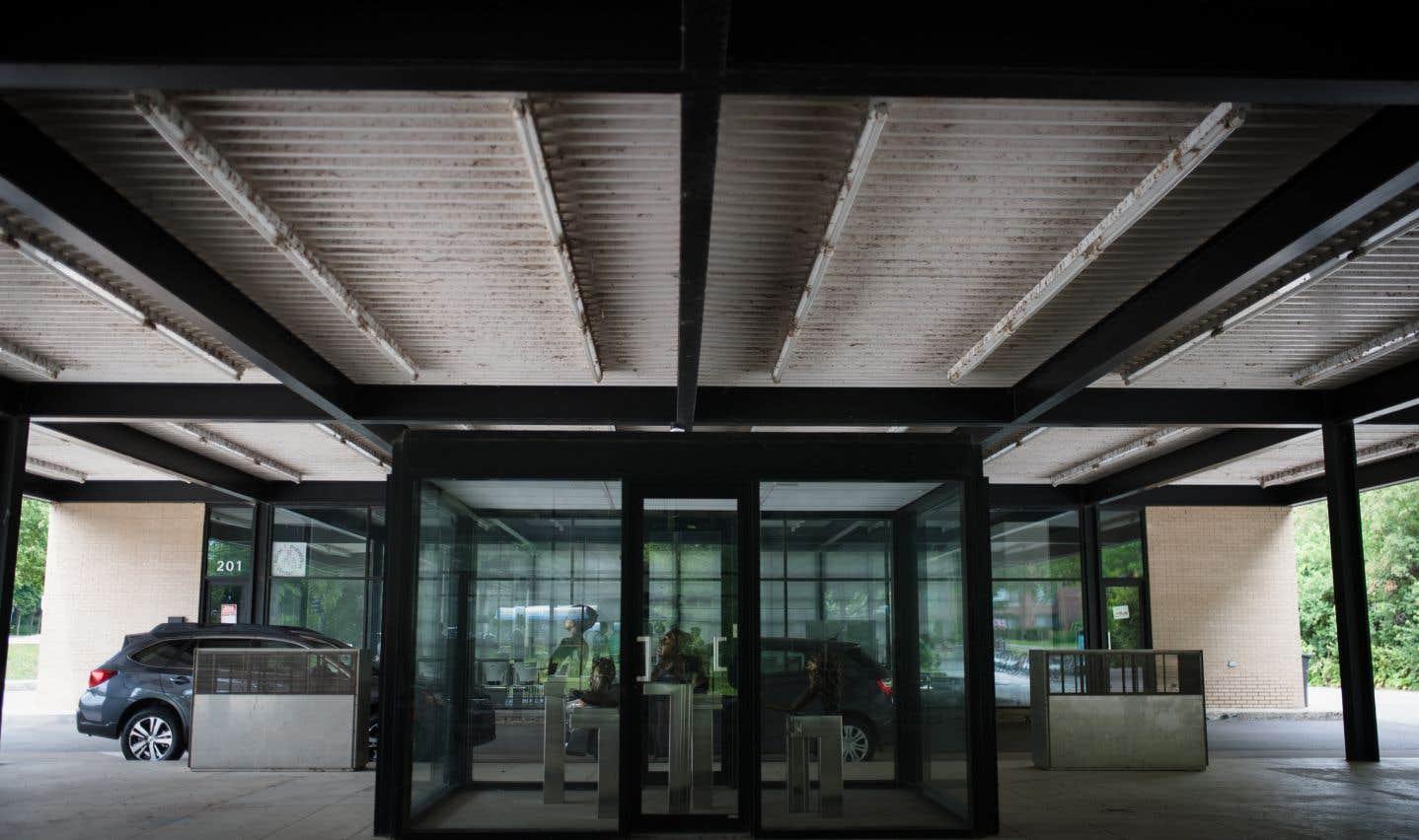 La transparence si caractéristique à Mies accentue la continuité entre les espaces intérieurs et extérieurs.