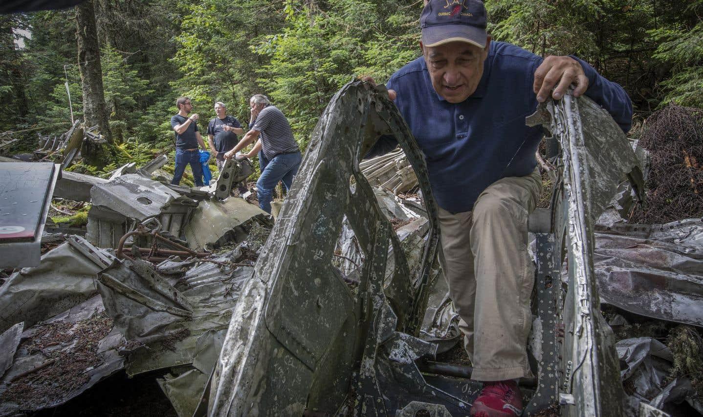 Après quelques heures de marche, on peut découvrir les débris empilés en bordure du sentier. À l'avant-plan, Jacques Deguire inspecte l'une des pièces.