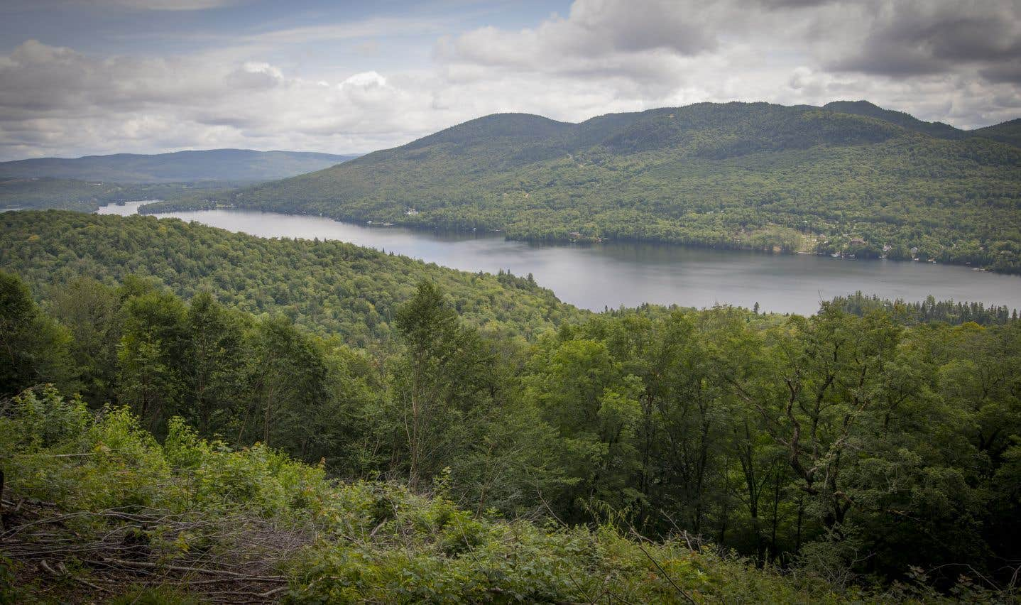 La montagne Noire, située à Saint-Donat, dans Lanaudière, se dresse en bordure du lac Archambault.