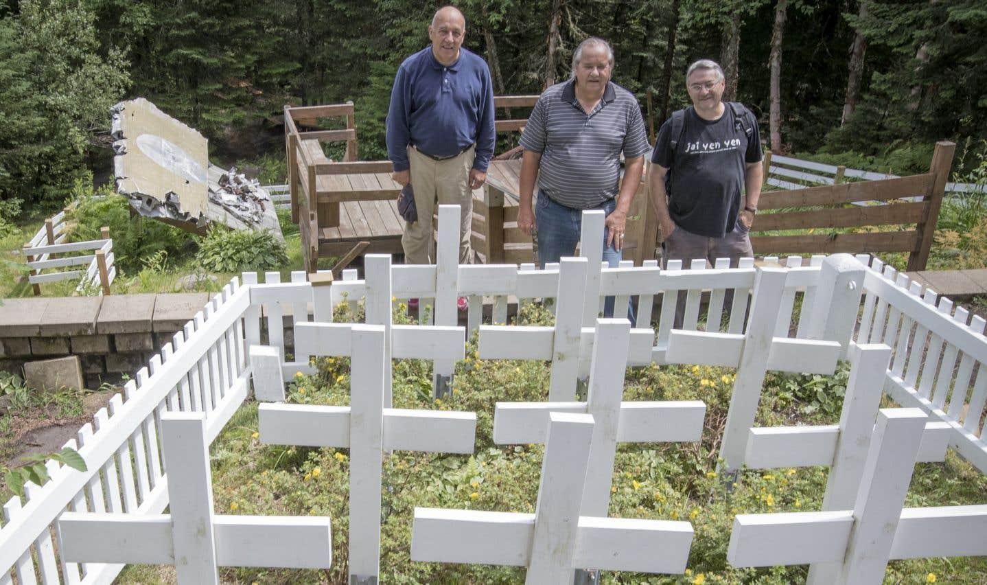 Jacques Deguire, André Lapointe et Michel Brunet font partie des Gardiens du Liberator, un groupe qui entretient le site de l'écrasement.