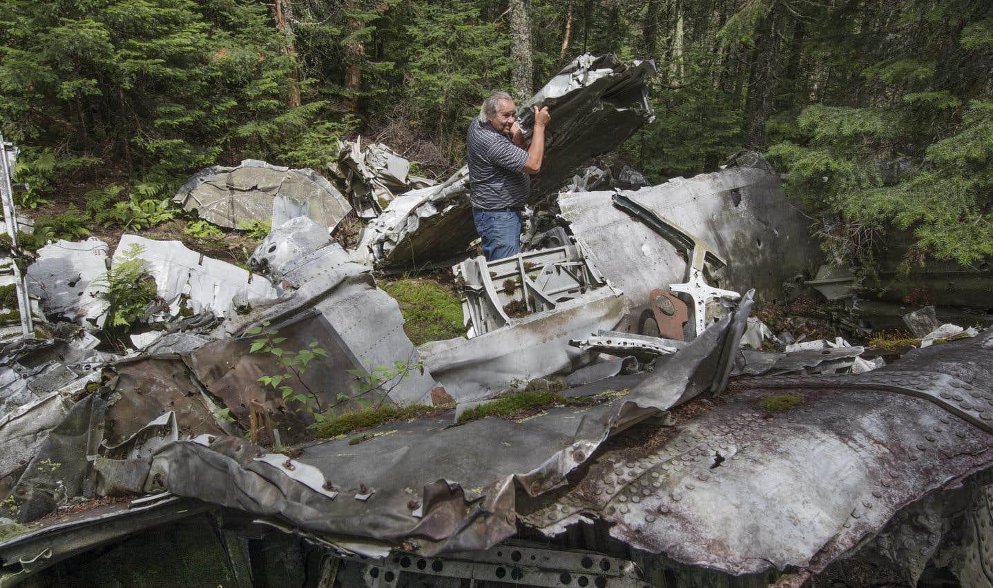 André Lapointe se tient au milieu des débris du bombardier Liberator B-24 qui s'est écrasé sur la montagne Noire en 1943.