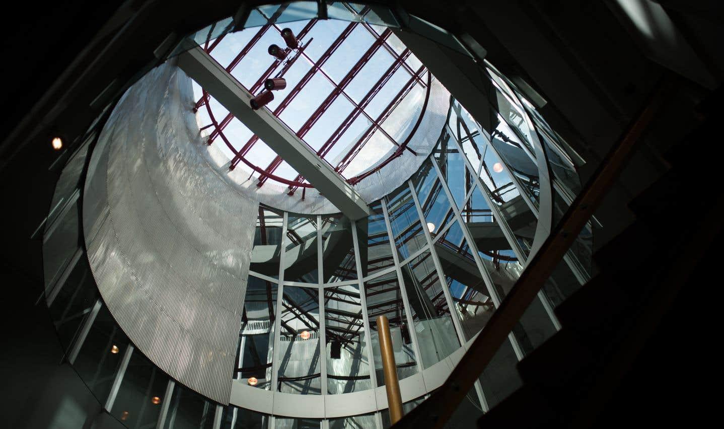 L'intérieur possède des éléments qui se dévoilent peu à peu, comme ce puits de lumière qui domine un escalier.