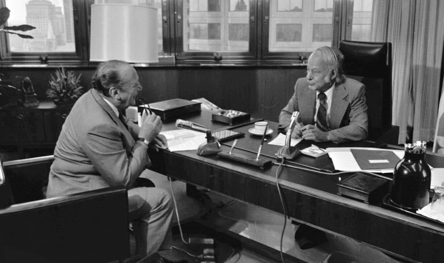 Le chef du gouvernement René Lévesque en entrevue dans son bureau de la tour d'Hydro-Québec, à Montréal