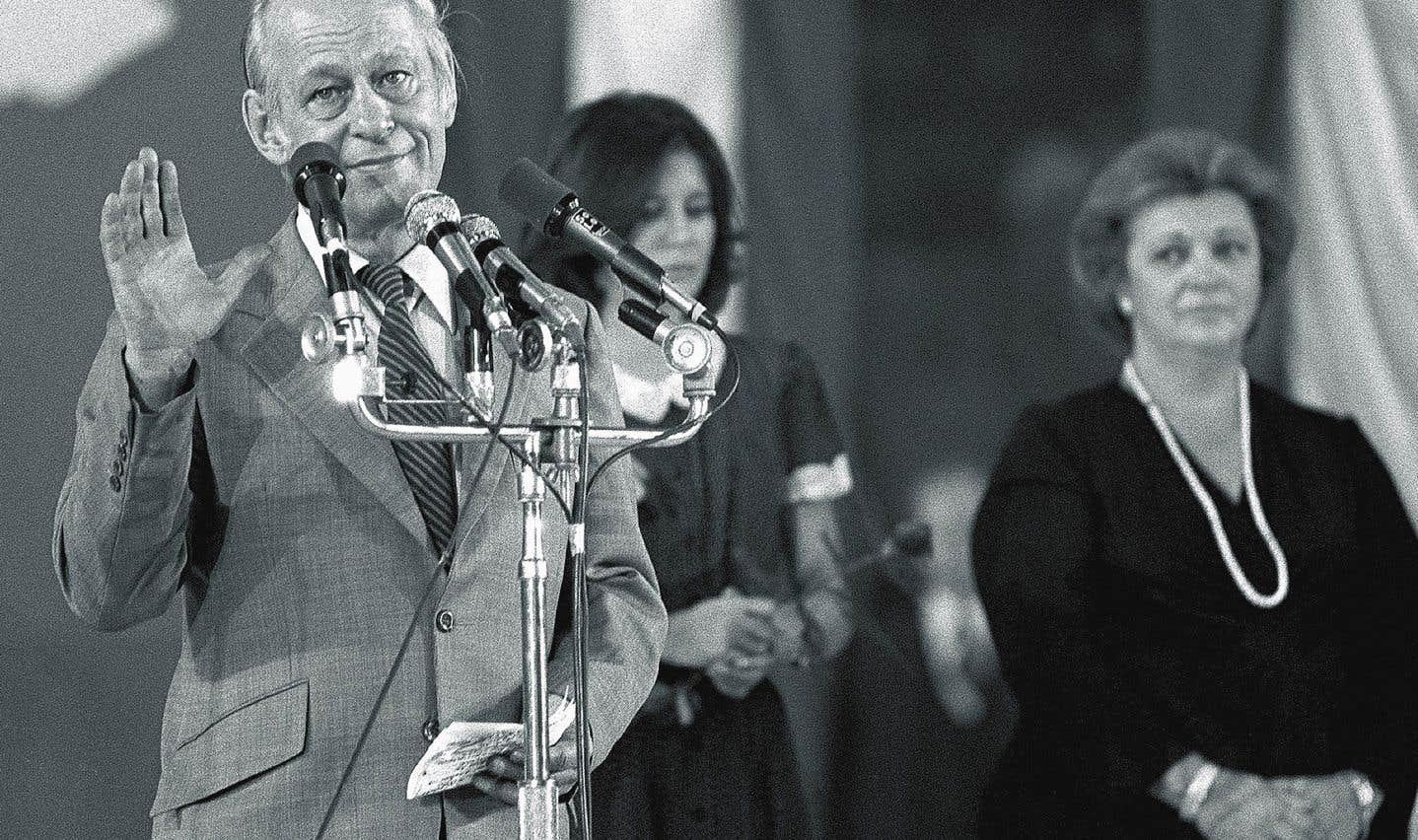 On reconnaît Lise Payette (à droite) en compagnie de René Lévesque, à l'époque du référendum de 1980.