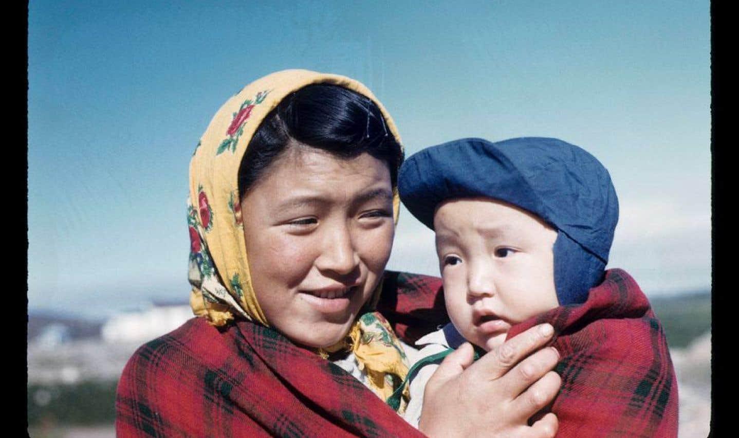 Selon une note retrouvée dans le journal de Rosemary Gilliat Eaton en voyage à Kuujjuaq, du 13 juillet au 9 août 1960, cette femme pourrait être Annie Johannesee.