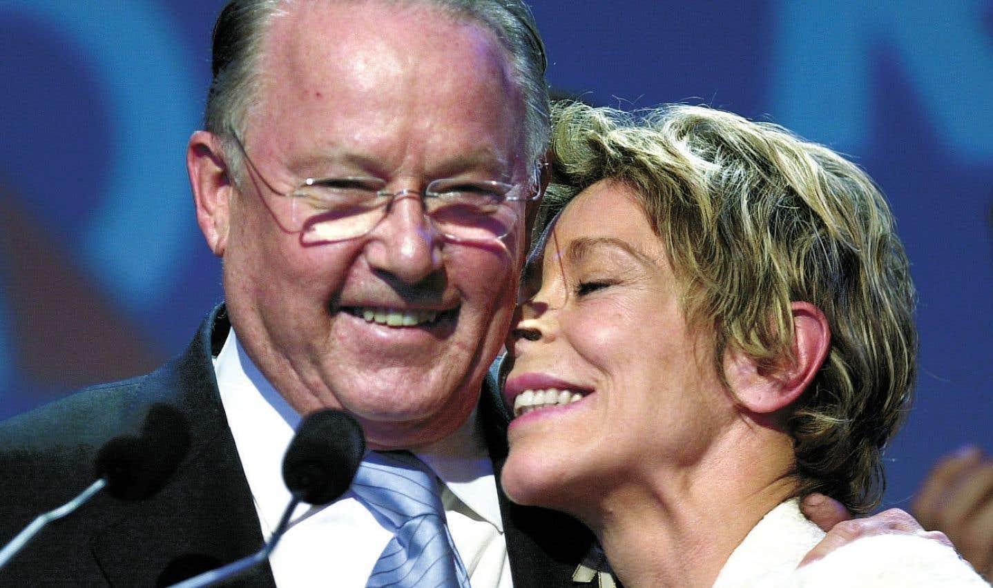 Au lendemain de sa défaite aux mains des libéraux de Jean Charest, Bernard Landry prononce un discours le 15 avril 2003, en compagnie de son épouse Chantal Renaud, au Capitole de Québec.
