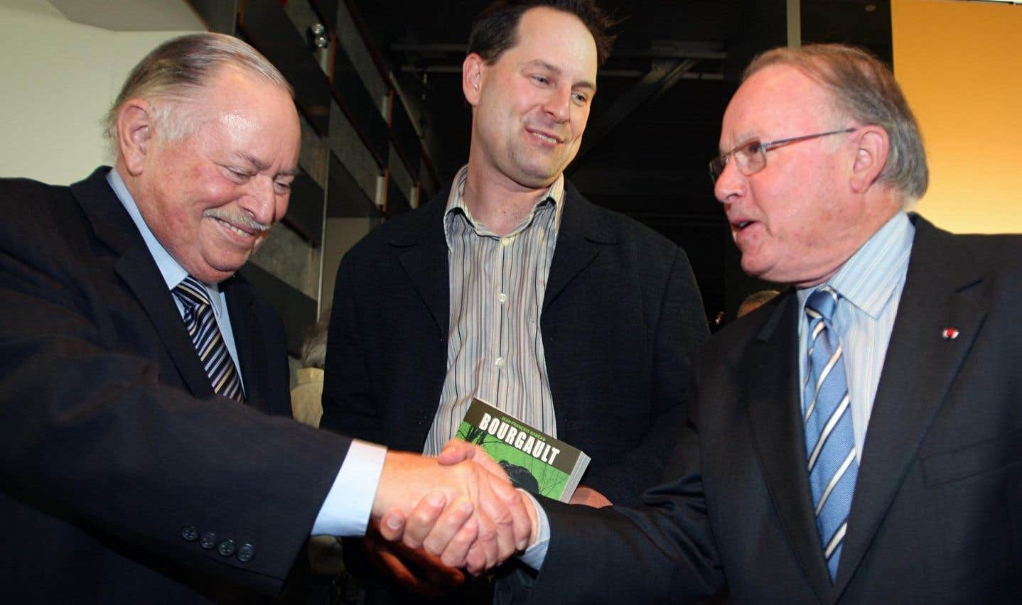 Bernard Landry serre la main de son prédécesseur Jacques Parizeau, le 7 septembre 2007, à l'occasion du lancement de la biographie de l'homme politique Pierre Bourgault rédigée par le journaliste du Devoir Jean-François Nadeau.
