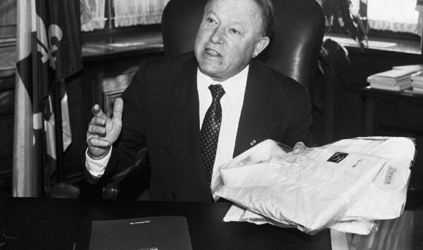 Au sein du gouvernement de Lucien Bouchard, qui priorise l'assainissement des finances publiques, Bernard Landry devient le premier ministre des Finances à parvenir à un équilibre budgétaire en 1999. Le voici en mars 1999, lors de la présentation du budget aux médias.