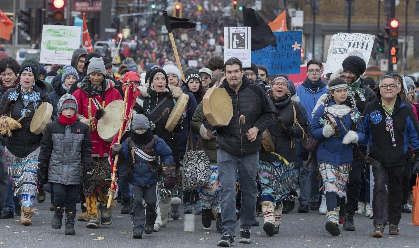 À Montréal, la marche pour le climat a rassemblé samedi des dizaines de milliers de personnes.