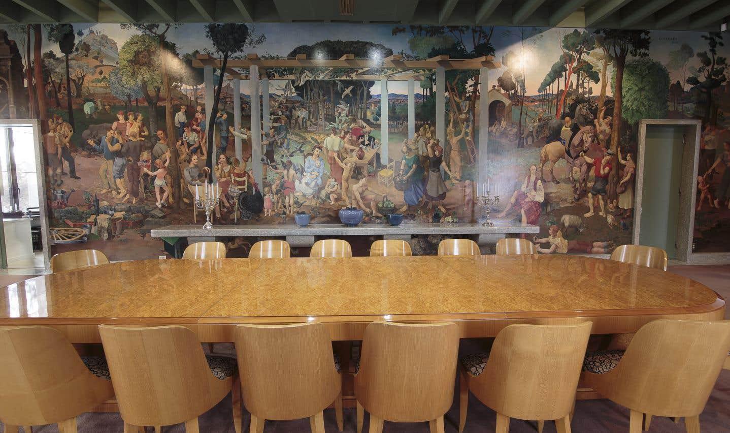 La fameuse peinture murale d'Alfred Courmes dans la salle à manger. Elle a été redécouverte en 1984, après qu'on ait patiemment retiré la peinture dont elle avait été enduite quelque part dans les années 1950 ou 1960 (un mystère demeure à ce sujet).