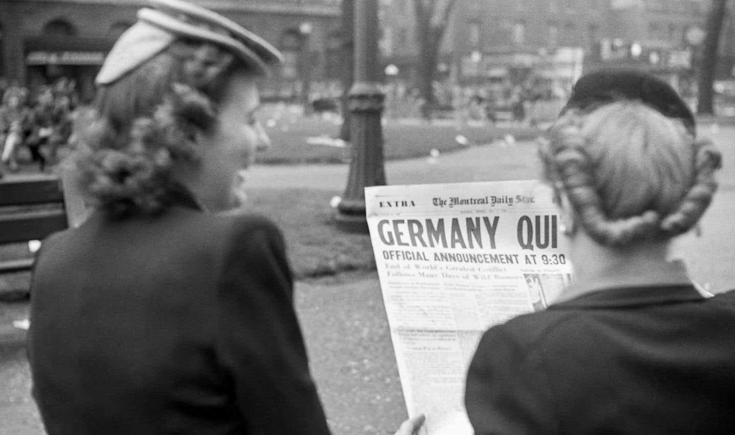 La Seconde Guerre mondiale est terminée. C'est la victoire des Alliés sur l'Allemagne nazie qui capitule, rapporte le «Montreal Star», un quotidien anglophone qui a fermé ses portes en 1979. Conrad Poirier immortalise l'événement dans un parc de la métropole.