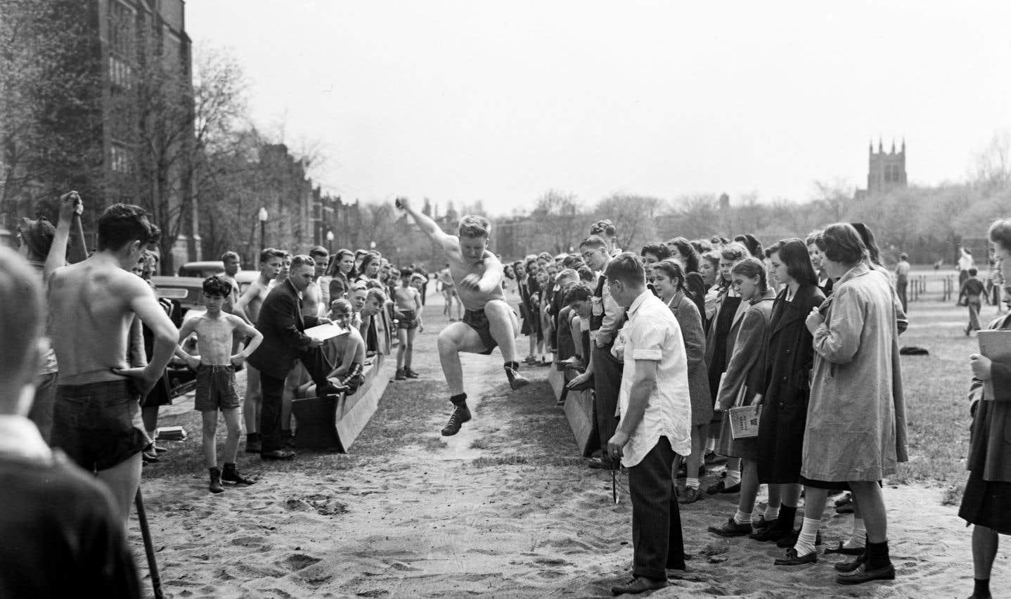 Des compétitions d'athlétisme à l'école Westmount Junior High School en mai 1946