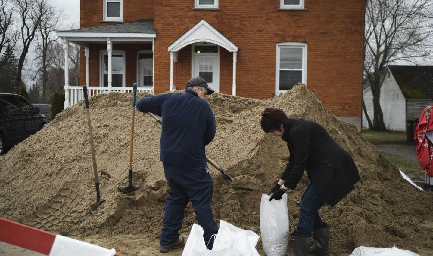 Malgré la situation, l'entraide règne chez les résidents de la municipalité. Ils sont nombreux à se relayer d'heure en heure pour remplir des sacs de sable.