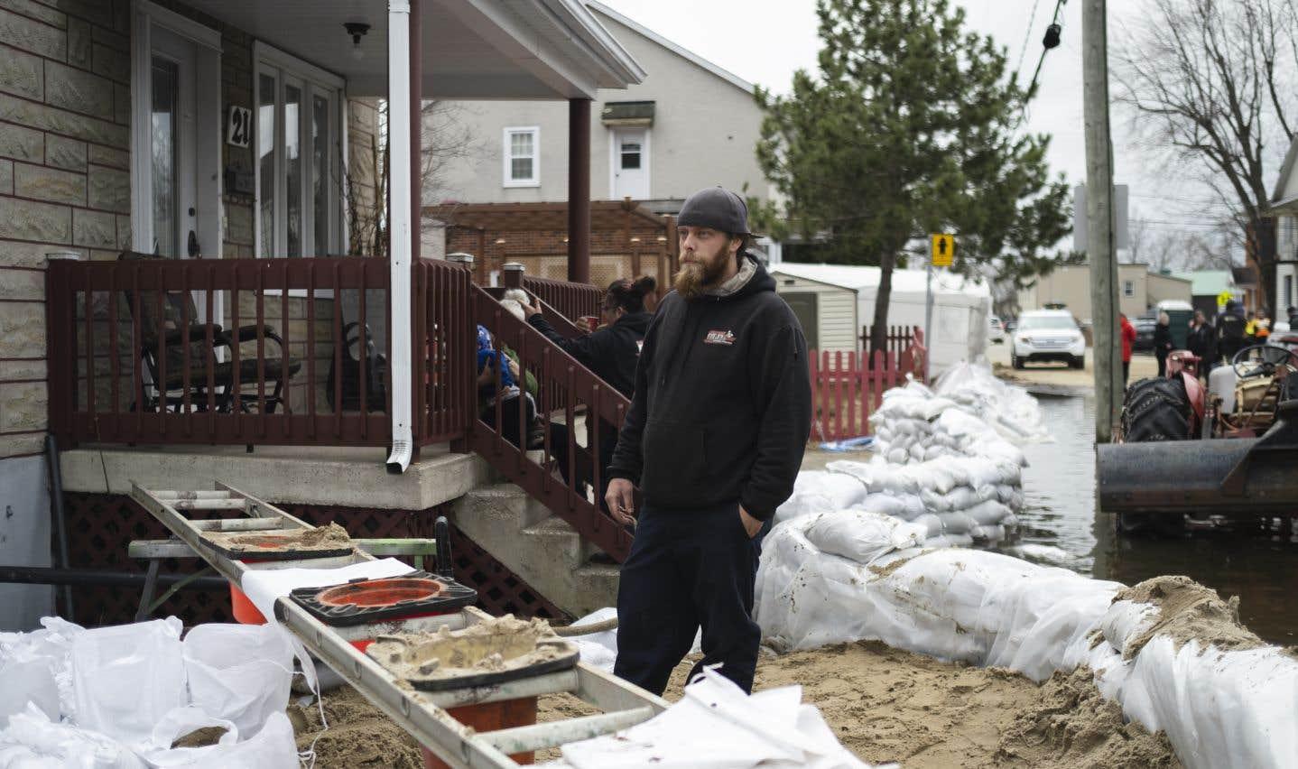 Jour et nuit, sans relâche, depuis plus d'une soixantaine d'heures, Michaël Décoste renforce et entretient la digue, véritable barrière de protection contre la crue de la rivière du Nord pour tout un pâté de maisons.