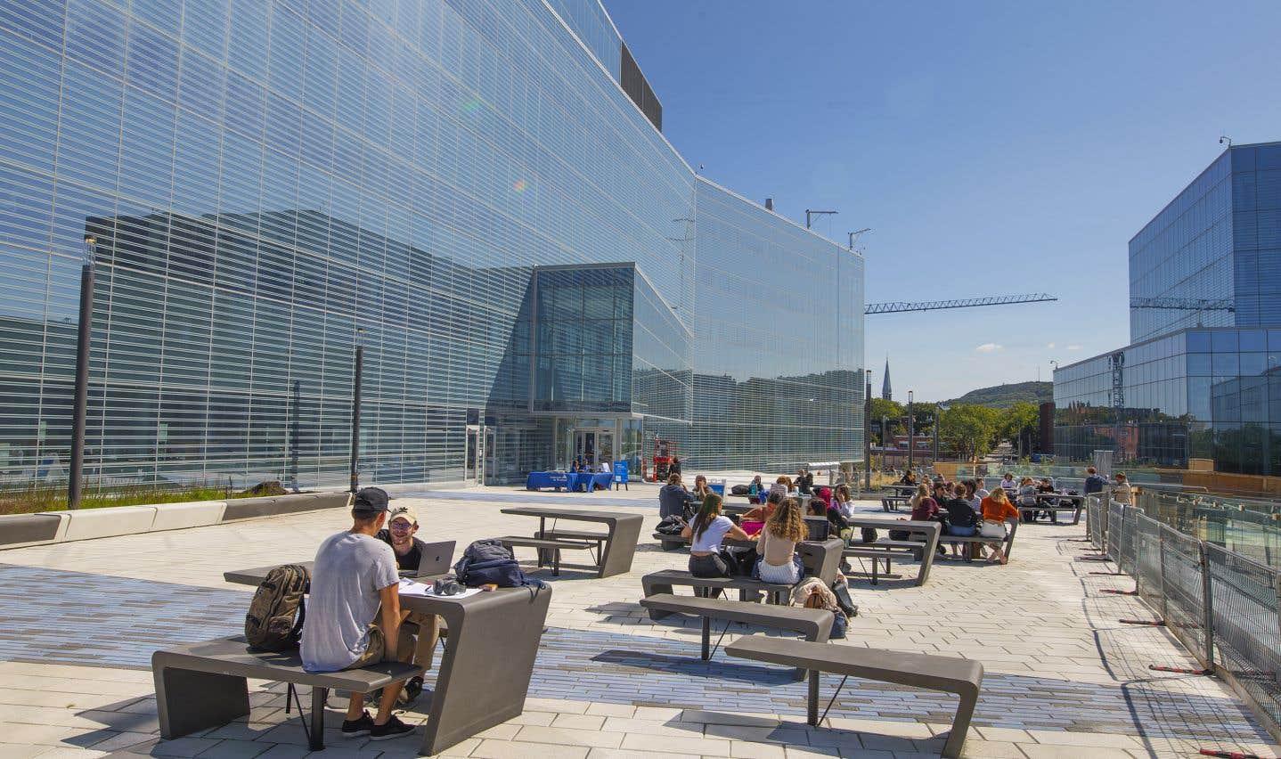 Le nouveau campus de l'Université de Montréal (UdeM) se situe à Outremont, sur le site de l'ancienne gare de triage du Canadien Pacifique. Les organismes communautaires de Parc-Extension déplorent toutefois que l'arrivée de 2000 étudiants, 200 professeurs et de membres du personnel intensifie «la gentrification» du quartier.