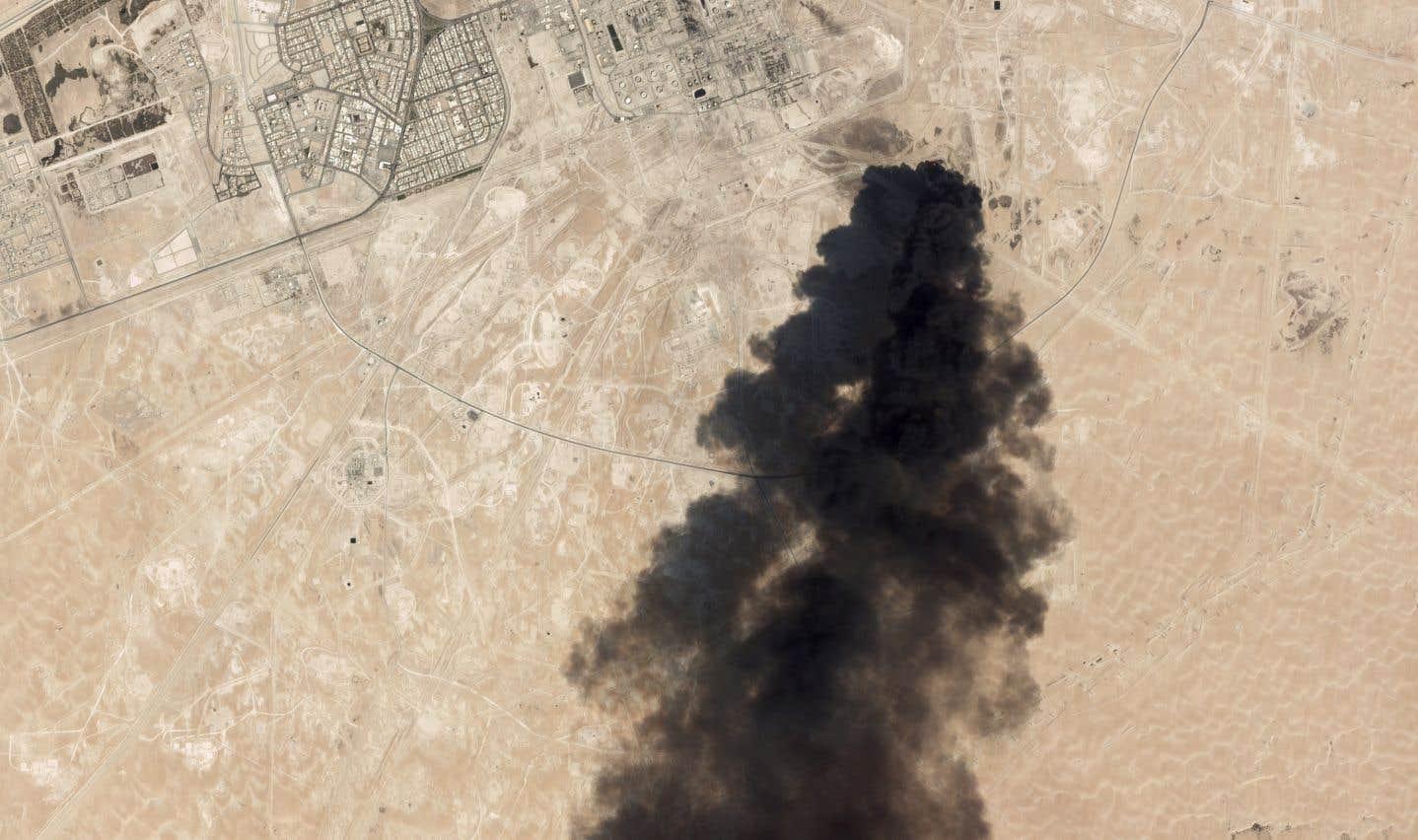 Une image satellite montre de la fumée noire provenant des installations pétrolières d'Aramco. La production de pétrole saoudien a été perturbée par une frappe de drones contre deux installations. La Maison-Blanche a accusé l'Iran d'être à l'origine de ces attaques.