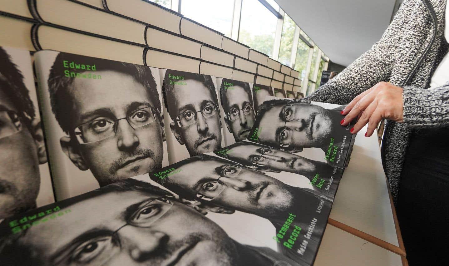 Des copies du livre «Mémoirevive» («Permanent Record» en anglais) du lanceur d'alerte Edward Snowden sont en vente à Berlin. Après avoir dénoncé la surveillance massive aux États-Unis, il s'est réfugié en Russie. Les mémoires de M.Snowden seront publiées le 17septembre à travers une vingtaine de pays.