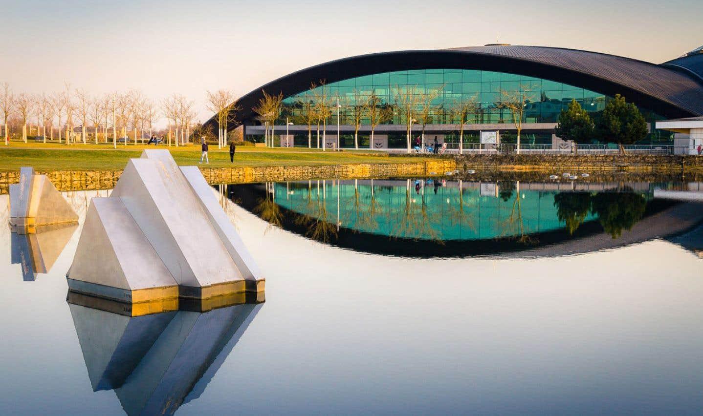 Pour ce centre conçu à la fin des années 1990 au Luxembourg, Roger Taillibert se serait librement inspiré de ses travaux sur les installations olympiques de Montréal, qui se poursuivaient au même moment.